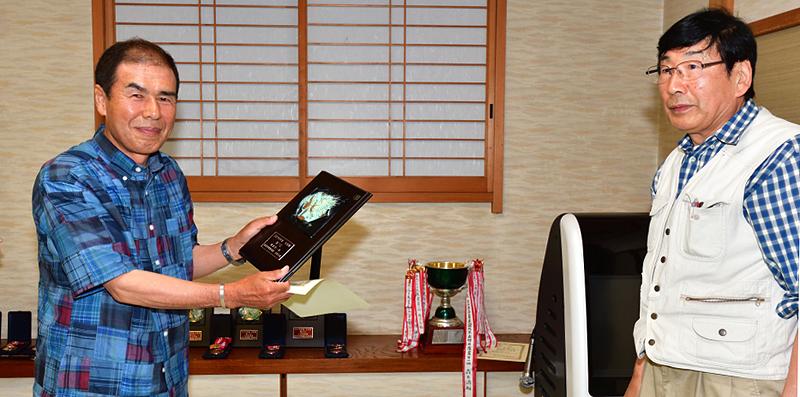 年度賞1位賞を初獲得の魚地さんに柳沢支部長から贈呈