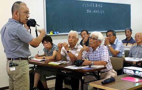 講師の柿本完二先生から最近のデジタルカメラの使い方