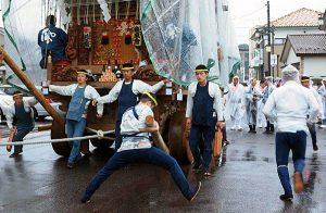 生憎の雨の中、祭りの山車がくり出した。