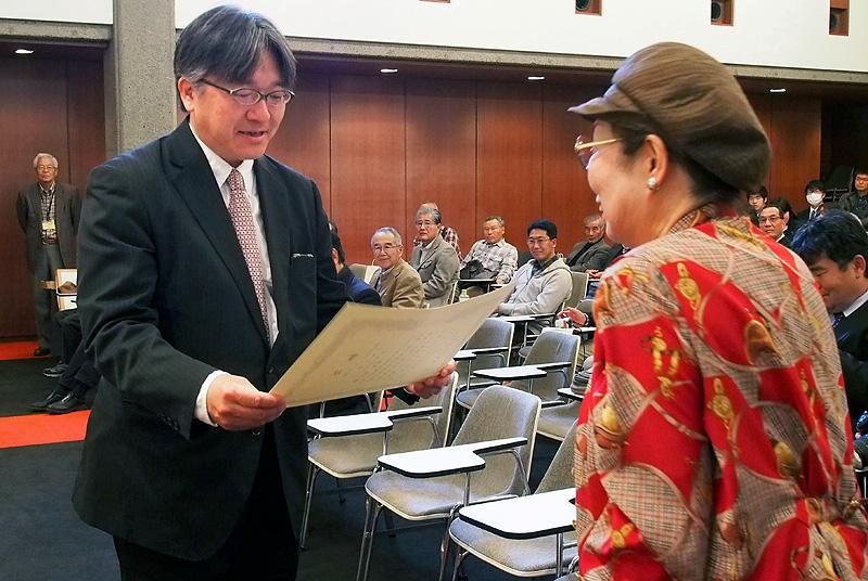 花の部の最優秀賞が村上本部長からフォト彩花支部長の松浦昭子さんに