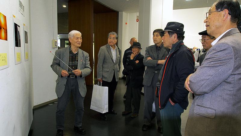 表彰式後に展示会場で各部門での展示作品の講評